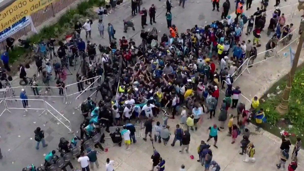Maradona es velado por una multitud en Casa Rosada