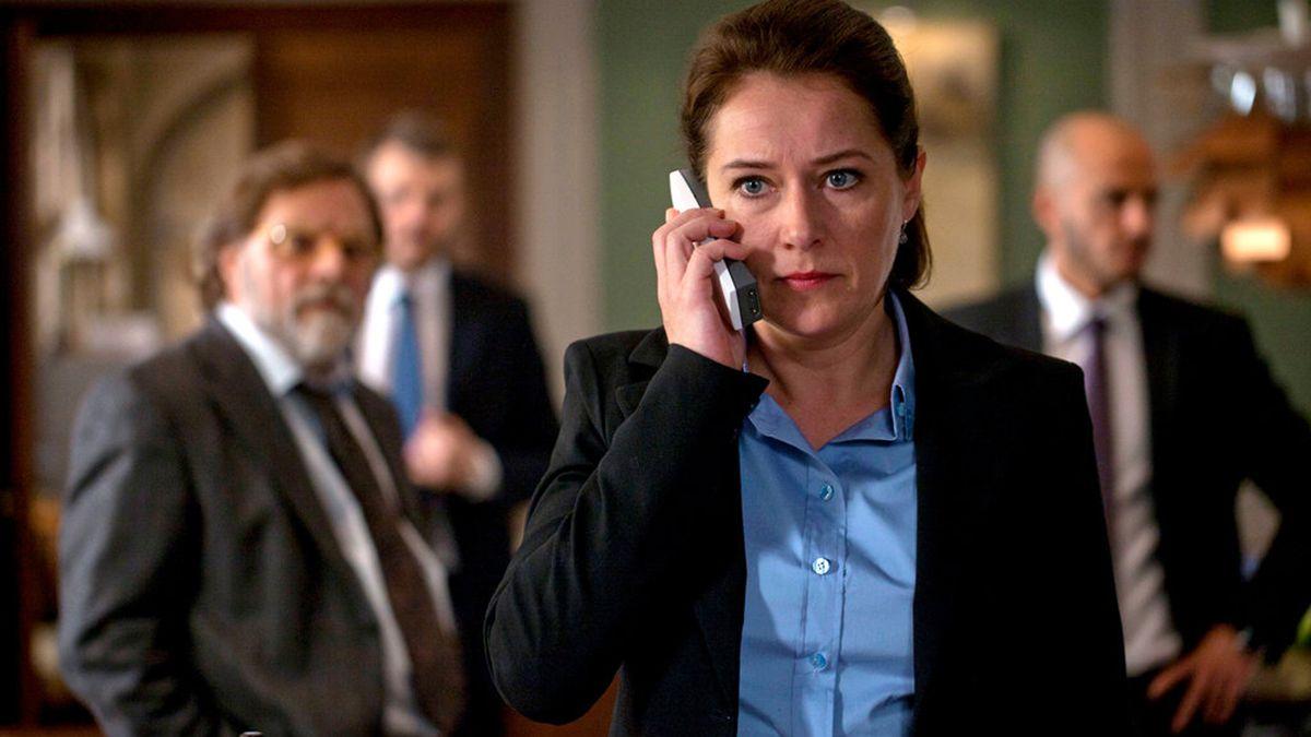 La actriz Sidse Babett Knudsen compone en la serie Borgen a la primera mujer que accede a la jefatura de Gobierno en Dinamarca y que debe lidiar con triunfos políticos y derrotas familiares.