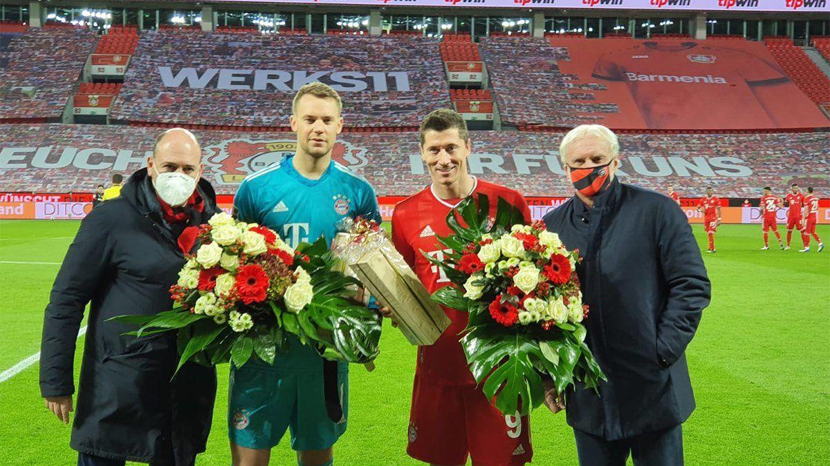 Manuel Neuer y Robert Lewandowski fueron homenajeados por el Leverkusen por sus logros en los premios The Best.