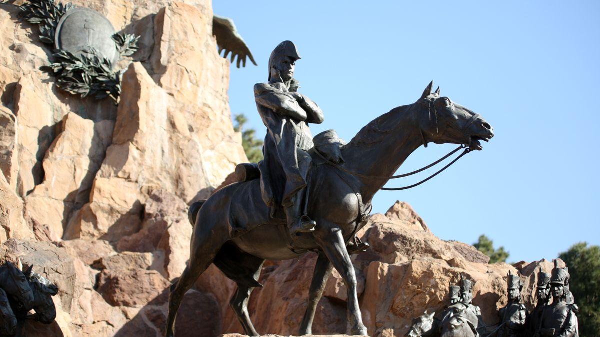 El Gran Capitán está en su caballo, que tiene las cuatro patas en el piso, símbolo de que el militar no murió en batalla. Foto: Fernando Martínez