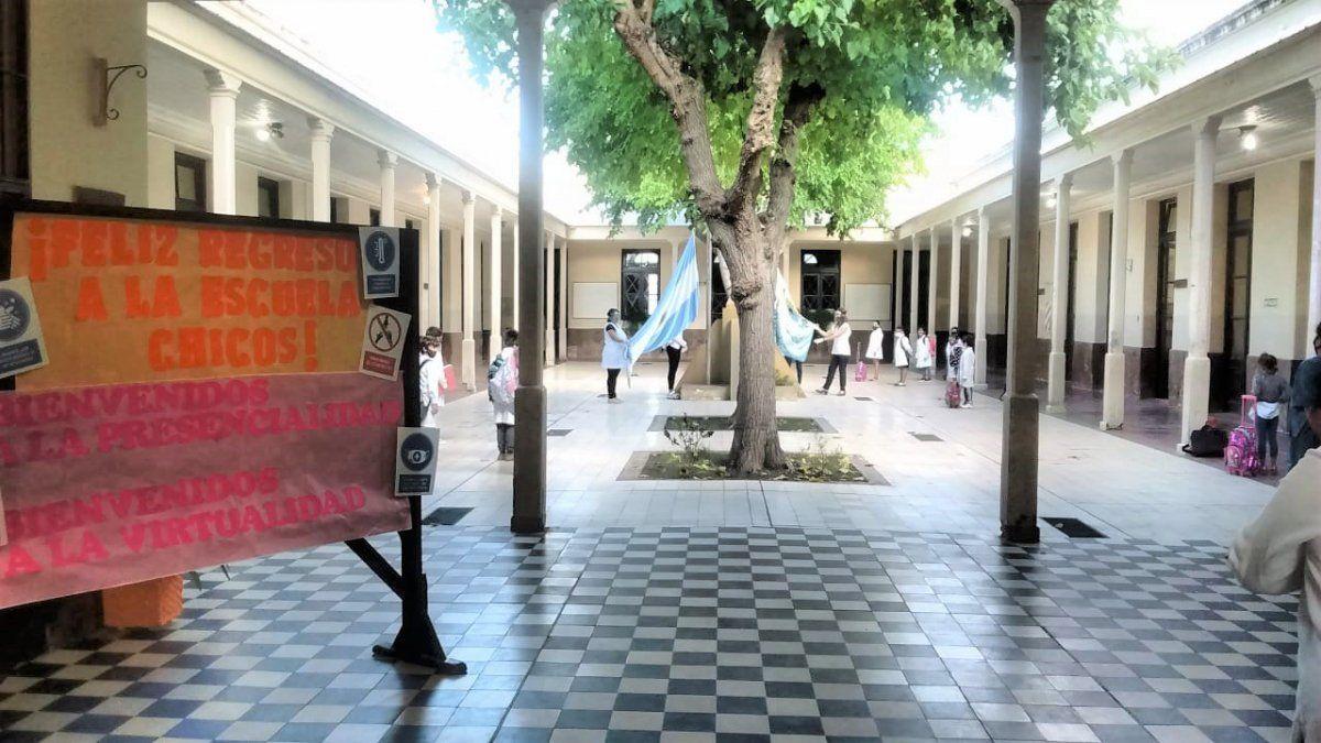 Un silencioso primer día de clases en Mendoza.