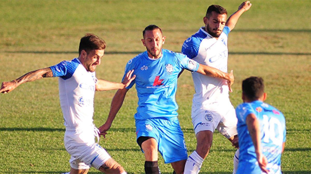 Jalil Elías y Victorio Ramis luchan con dos jugadores de Urquiza.