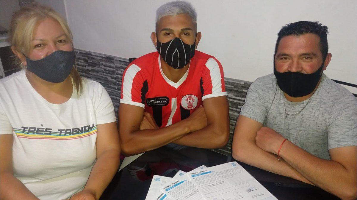 Arón Agüero estaba junto a sus padres Patricia y Arón luego de firmar el contrato.