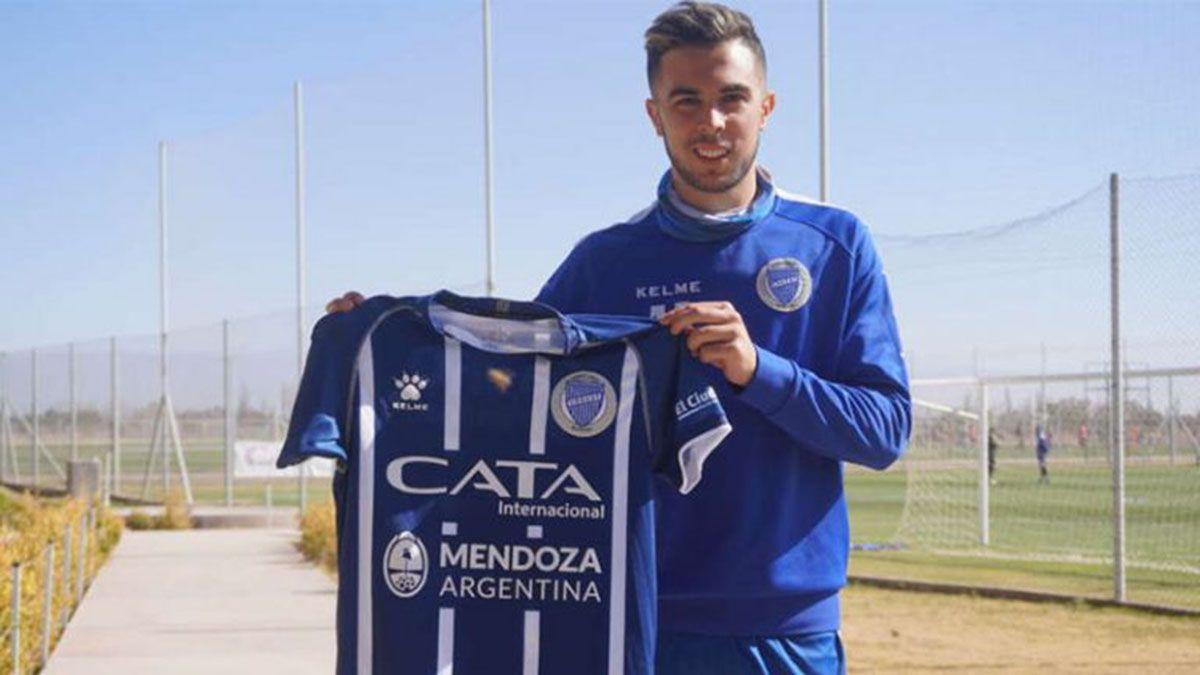 Martín Ojeda posaba con la camiseta del Tomba cuando llegó al club.