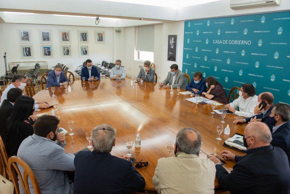 En la reunión que mantuvieron el gobernador Rodolfo Suarez y los intendentes consensuaron aplicar una alerta sanitaria nocturna de 0.30 a 5.30 para restringir la circulación de personas.