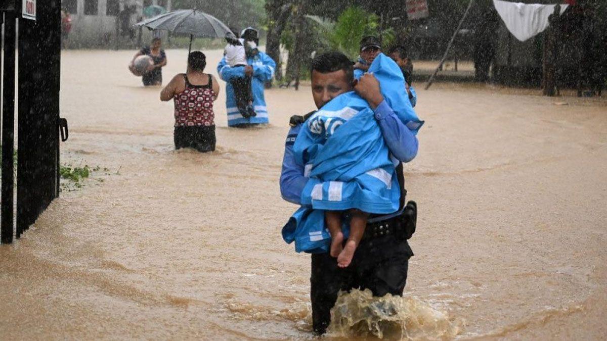 El huracán Eta causó destrozos y más de un centenar de muertos.