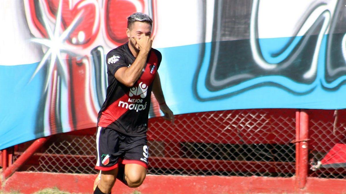 Matías Persia y su costumbre de convertir goles en el Deportivo Maipú.